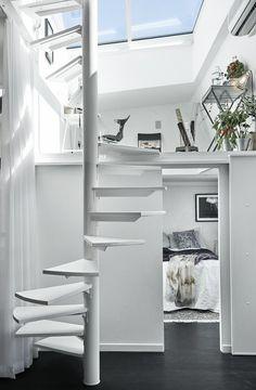Visite d'un appartement scandinave aux allures de loft. Escalier en colimaçon pour un accès à la mezzanine. http://www.homelisty.com/visite-dun-appartement-scandinave-aux-allures-de-loft/