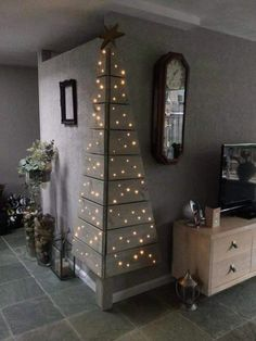 Christmas DIY: Corner Pallet Tree w Corner Pallet Tree with Lights.these are the BEST DIY Christmas Decorations Noel Christmas, Christmas Projects, All Things Christmas, Christmas Lights, Modern Christmas, Beautiful Christmas, Simple Christmas, Corner Christmas Tree, Christmas Photos