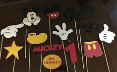 Mickey y Minnie Mouse Photo Booth Props por en Etsy Mickey Mouse Photo Booth, Mickey Mouse Photos, Mickey Mouse Head, Mickey Mouse Clubhouse, Mickey Mouse Birthday, Baby Birthday, Mickey Party, Mickey Thomas, Pink Minnie