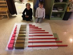 The beautiful Montessori sensorial materials allow our students to develop and refine their senses and attention to detail as they compare and contrast, categorize, discern differences, and place things in order. This is a life skill that translates to many future occupations! Pictured: the pink tower, brown stair and red rods Give your child the Montessori advantage at Miniapple! #montessori #MiniappleMontessori #montessorieducation #MontessoriSchool What Is Montessori, Montessori Education, Montessori Classroom, School Classroom, Kindergarten Learning, Learning Centers, Fun Learning, Reading Words, Montessori Sensorial