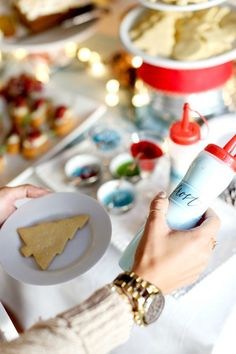 Simple tips and tricks for hosting a DIY cookie decorating party! Get ready to have a merry time! In partnership with @evite