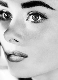 Miss Audrey Hepburn. As a girl growing up with thick eyebrows, Audrey was my hero. Hollywood Icons, Hollywood Glamour, Classic Hollywood, Old Hollywood, Audrey Hepburn Mode, Audrey Hepburn Makeup, 3 4 Face, Iconic Women, Classic Beauty