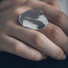 BURGA – artisan pewter adjustable ring, handmade in Canada by Anne-Marie Chagnon (2017) BURGA – bague ajustable en étain, faits à la main à Montréal, par l'artiste bijoutière Anne-Marie Chagnon