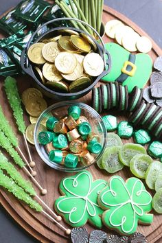 Patrick's Day Snack Board St Patrick Day Snacks, St Patricks Day Food, Saint Patricks, Charcuterie Recipes, Charcuterie And Cheese Board, Party Platters, Antipasto, Fete Saint Patrick, St Patrick's Day Decorations