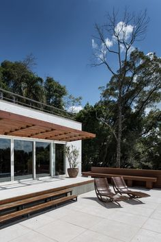 Luciano Lerner Basso Designs a Contemporary Residence in Erechim, Brazil Pergola With Roof, Patio Roof, Pergola Plans, Cheap Pergola, Bali Blinds, Prairie House, Pergola Pictures, Living Roofs, Container House Design