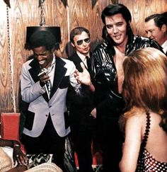 Elvis Presley and Sammy Davis, Jr. backstage in Elvis' dressing room, opening night at the Showroom International Hotel on August 1970 in Las Vegas, Nevada. (Photo by Michael Ochs Archives/Getty Images) Sammy Davis Jr, Rock And Roll, Beatles, Las Vegas, Elvis Presley Photos, Batman, Thats The Way, Memphis Tennessee, Graceland