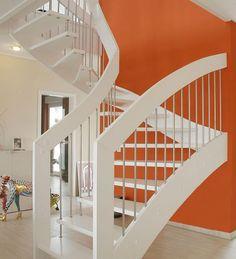 """Holztreppen als """"wangen-verbolzte"""" Varianten, werden über den Treppenhandlauf abgetragen. Wobei alle Stufen wangenseitig eingestemmt sind."""