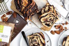 Poctivý, nadýchaný a s bohatou čokoládovou náplní. Tak přesně takový je náš kynutý pletenec. Buďte však připraveni na to, že po upečení zmizí ze stolu rychlostí blesku. Healthy Style, Food And Drink, Cookies, Ethnic Recipes, Crack Crackers, Biscuits, Cookie Recipes, Cookie, Biscuit