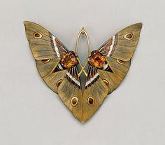 Lucien Gaillard, pendentif (1900) Pendentif mite symétrique. La symétrie est dailleurs une caractéristique essentielle de la bijouterie Art nouveau.
