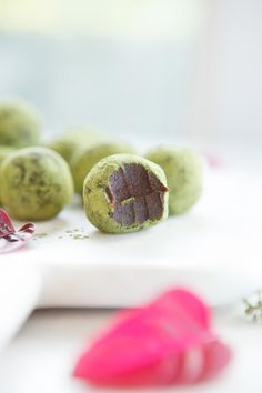 I guess these raw truffles are just an excuse to talk a bit about matcha, a type of green tea that I adore for its many benefits. The truffles themselves are super easy to prepare Raw Vegan Desserts, Raw Vegan Recipes, Vegan Sweets, Healthy Sweets, Vegan Snacks, Healthy Baking, Paleo, Tea Recipes, Dessert Recipes