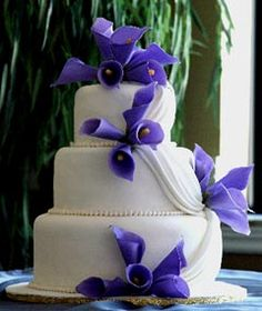 Feast your eyes on these lovely pictures of Calla Lily cakes. Calla lilly wedding cakes are always eye-catching. A symbol of regal beauty and majesty and is the perfect embellishment for any wedding cake. Purple Cakes, Purple Wedding Cakes, Elegant Wedding Cakes, Wedding Cake Designs, Wedding Blue, Jazz Wedding, Blue Weddings, Calla Lillies Wedding, Purple Calla Lilies