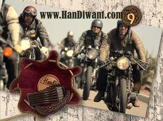 Con el tiempo un #Motociclista aprende la diferencia entre conocer el camino y respetar el camino #HanD. AHORRAS hasta un 60%  #Monedero #Bolsito en piel de calidad #Artesanal. Protege lo que importa en su interior de terciopelo (💰🔑) 📦ENVIO GRATIS, se sirve en cajita madera. #RegaloOriginal #HanDiwant www.handiwant.com @handmonedero — Products shown: AUSTRIA H, PEKIN H, CUBA H, GEORGIA H, ITALIA H, ISLANDIA H, EVERAN H, CATAR H, OTTAWA H