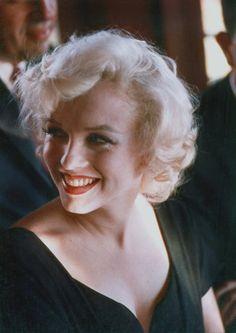 """Image - 1958 / by Earl LEAF... (Conférence de presse pour la sortie du film """"Some like it hot"""") / Marilyn et May REIS furent envoyées au Beverly Hills Hotel pour une conférence de presse à laquelle participaient également Billy WILDER et les vedettes masculines du film, Tony CURTIS, Jack LEMMON et George RAFT. La journaliste Louella PARSONS était également présente. - Wonderful-Marilyn-MONROE - Skyrock.com"""