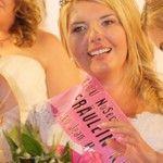 """Romy Penk (24) aus Rostock hat """"Deutschlands schönste Kurven"""" und ist die Erste, die den Titel """"Fräulein Kurvig"""" tragen darf. Veranstalterin, Bloggerin und Plussize-Model Melanie Hauptmanns suchte in Düsseldorf das schönste Kurvengirl Deutschlands – und wurde fündig. Gewinnerin Romy: """"Heute ist meine Maske gefallen!"""""""