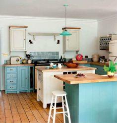 Бирюзовая кухня с деревянной столешницей в стиле ретро