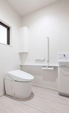 グレイッシュセルベの床のトイレ。白でスッキリまとまり且つ機能的です。平成デザインスタジオ   角谷由美作品集   憧れのモダンライフ