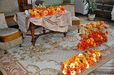 Zdjęcie numer 11 w galerii - Zamek Książ tonie w kwiatach i przeżywa prawdziwe oblężenie [ZDJĘCIA] Table Decorations, Furniture, Home Decor, Decoration Home, Room Decor, Home Furnishings, Home Interior Design, Dinner Table Decorations, Home Decoration