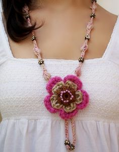 #artesanía #collar medallón flor rosa de crochet de DIDIcrochet.