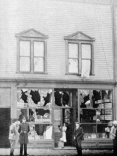 1907 Vancouver, the damage in Chinatown caused by a racist riot Vancouver Chinatown, The Bone Collector, Star Wars, Literature Circles, History Facts, British Columbia, Photo Cards, Vintage Photos, Street View