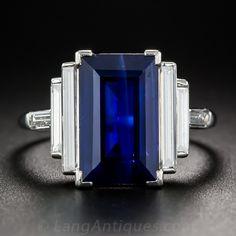Elegante, sofisticada y atractiva. Un zafiro corte esmeralda larga y preciosa, con un peso 5 quilates y que presenta una rica tonalidad azul real, brilla entre dos pares de diamantes baguette recta extra-largos y delgados, más un par perpendicular animar la espiga anillo superior. El anillo de media pulgada de largo, está en platino y fechas más probables a partir de los 1930s-40s fabricado a mano.