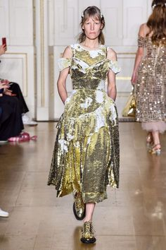Simone Rocha Fall 2019 Ready-to-Wear Fashion Show - Vogue College Fashion, Fashion Week, Runway Fashion, Ladies Fashion, London Fashion, Vogue Paris, Active Wear For Women, Women Wear, International Fashion Designers