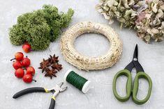 DIY: Maak een kerstkrans met gedroogde hortensia's - het Woonschrift Diys, Christmas Wreaths, Crafts, Craft Ideas, Decoration, Home Decor, Garland, Hydrangeas, Decor