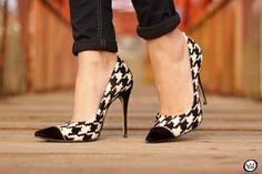 Pied de poule plaid black and white prints Pretty Shoes, Beautiful Shoes, Cute Shoes, Me Too Shoes, Zapatos Shoes, Shoes Sandals, Stiletto Shoes, Fashion Heels, Dream Shoes