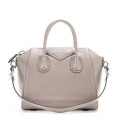 """Givenchy - Ledertasche Antigona Small - Eine Tasche mit Lieblings-Potenzial: die """"Antigona"""" von Givenchy! Ihr zeitloses, cleanes Design kommt durch das hochwertig verarbeitete nudefarbene Kalbsleder perfekt zur Geltung und verpasst unseren Outfits ein stylishes Upgrade. Die Aufteilung im Tascheninneren ist optimal für all die Dinge, ohne die wir morgens das Haus nicht verlassen. seen @ www.mytheresa.com"""