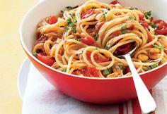 Recette Spaghettis à la pancetta, aux tomates cerises et au basilic - Coup de Pouce  (Bien bon, et fait sans pignons)