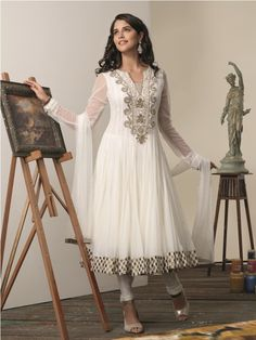 25 Marvel Designs Of Anarkali Frocks For Girls In favor of the wedding and formal frocks the decoration is all Pakistani Frocks, Pakistani Formal Dresses, Pakistani Outfits, Indian Outfits, Anarkali Frock, White Anarkali, Anarkali Suits, Pakistani Clothes Online, Indian Clothes