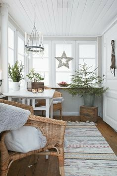 Beautiful natural colors! This proves you don't have to cram a sunroom to make it beautiful.