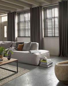Venetian blinds and linen curtains Home Living Room, Living Room Decor, Living Spaces, Store Venitien, Room Interior, Interior Design, Curtains With Blinds, Linen Curtains, Style At Home