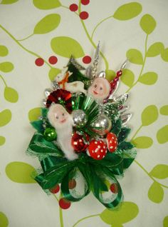 Delicate and sweet. Christmas Craft Fair, Christmas Past, Christmas Jewelry, Christmas Decorations, Christmas Ornaments, Christmas Chair, Vintage Decorations, Christmas Stuff, Vintage Christmas Images