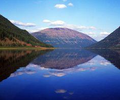 Rusia 23 Meseta de Putorana  Situado en la parte septentrional de la Siberia Central, a unos 100 km al norte del círculo polar ártico, la parte de la meseta inscrita en la Lista abarca la totalidad de la Reserva Natural Estatal de Putorana. La reserva comprende una cadena montañosa aislada con un conjunto completo de ecosistemas árticos y subárticos intactos de taiga, tundra y desierto, así como de lagos y ríos.