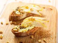 Crostini alla pera e gorgonzola