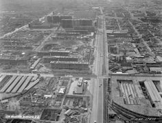 La construcción de la unidad habitacional Nonoalco Tlatelolco, vista desde las alturas en octubre de 1962. Abajo a la derecha está la fábrica de muebles Rogel, espacio que ahora ocupa el Centro de Convenciones Tlatelolco, y un poco más arriba, la de Leviatan y Flor, ahora abandonada; sobre la avenida Manuel Gonzalez se aprecia la vía del ferrocarril.