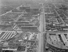 La construcción de la unidad habitacional #Nonoalco #Tlatelolco, vista desde las alturas en octubre de 1962. Abajo a la derecha está la fábrica de muebles #Rogel, espacio que ahora ocupa el Centro de Convenciones #Tlatelolco, y un poco más arriba, la de #Leviatan y Flor, ahora abandonada; sobre la avenida #ManuelGonzalez se aprecia la vía del ferrocarril. La toma es hacia el poniente. Imagen: #ICA/#Aerofoto Vía @Candidman