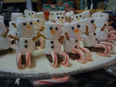 ❈ :-) awesome snowman Christmas treat @Emily Schoenfeld Schoenfeld Elwood - these would be cute for your party!