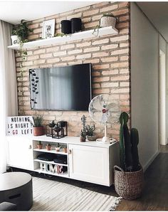 Bom dia com essa sala super fofa do Parede de tijolinho cachepô lindo com um cacto. e esse ventilador super retrô hein? Living Room Tv, Home And Living, Interior Design Living Room, Living Room Designs, Retro Home Decor, Sweet Home, Vintage Industrial, Vintage Modern, Industrial Style