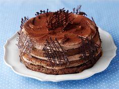 Tryffelikakku on suklaan rakastajan unelma. Sen mehevä suklaakakku saa täytteeksi suklaamoussea ja aprikoosimarmeladia. http://www.valio.fi/reseptit/tryffelikakku/
