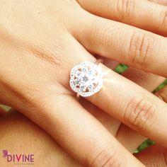 Destellos de cristal es un anillo diseñado para que tus manos sean el centro de atención en cualquier lugar. Contiene 38 brillantes. Precio: $25.200