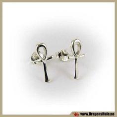 Et par med stilrene ørestikk i edelt sølv. Materiale: Materiale: Sterling Sølv 925 (´ekte sølv´) Mål:15x7mm. Dette er ørestikk, du må ha hull. Denne varen er et par, altså to øredobber.