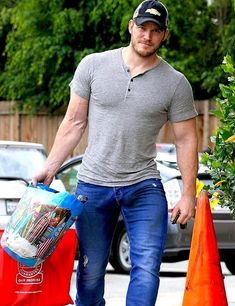 222 My man - nice vpl Chris Pratt, Christopher Pratt, Hemsworth Brothers, Athletic Men, Bear Men, How To Make Shorts, Good Looking Men, Style Guides, Beautiful Men