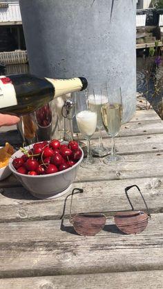 Kortvarig lykke! Alcoholic Drinks, Wine, Glass, Food, Drinkware, Corning Glass, Essen, Liquor Drinks, Meals