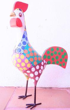 Galos de madeira, lindos, coloridos, alegres. <br>Deixe sua cozinha mais bonita! <br>Todos feitos em madeira, pintados à mão, dão um colorido e alegria à decoração da sua casa. <br>Eles tem aproximadamente 25 cm de altura. <br> <br>Tamanho aproximado: 15 cm de altura