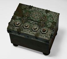 Fragment af et skrin med kombinationslås, støbt og hamret messing indlagt med sølv og kobber Iran, Isfahan?; 597 H = 1200-1201 H: 4,4; B: 23,5; D: 18,5 cm