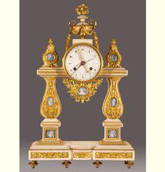 Reloj de sobremesa  François-Louis Godon (relojero) y Henri-François Dubuisson (esmaltador), hacia 1790  Mármol, bronce, oro, porcelana, esmalte, metal. Cincelado, dorado, esmaltado, fundición.  Palacio Real de Aranjuez
