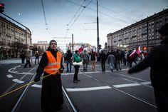 Varsavia, manifestazione nel giorno dell'indipendenza, un sacerdote nel servizio d'ordine