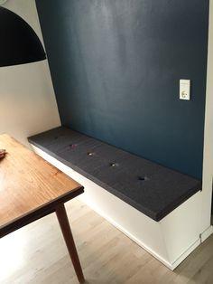 Slagbænk på metermål i moderne hjem. Dette møbel er til et mindre køkken hvor opbevaringsplads er nødvendig. / Lunderskov Specialmøbler