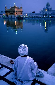 Morning prayers at the Sikh Golden Temple in Amritsar, India. Temple D'or, Temple India, Harmandir Sahib, Golden Temple Amritsar, Amazing India, Rumi Quotes, Gurbani Quotes, Life Quotes Love, Sufi